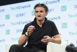Billede af Casey Neistat der taler ved TechCrunch i New York